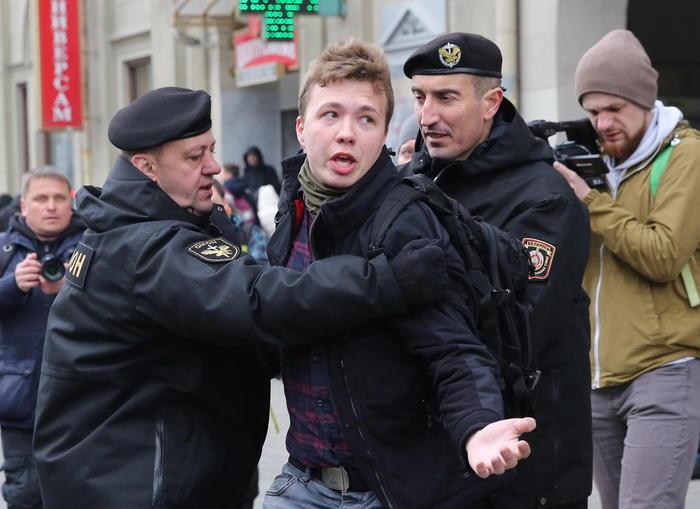 Volo di linea costretto ad atterrare a Minsk: arrestato un giornalista oppositore di Lukashenko