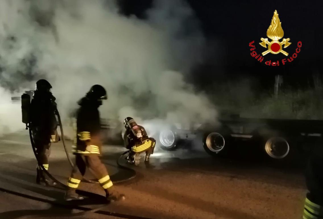 Orosei. Autoarticolato in marcia prende fuoco: il conducente riesce a mettere in salvo il carico