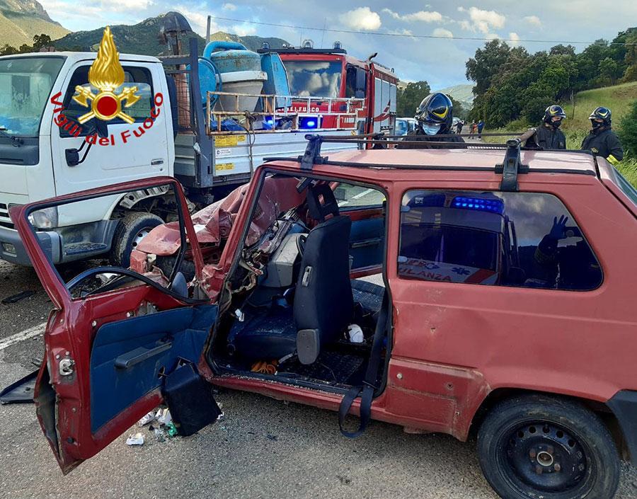 Frontale tra una Panda e un camioncino: occupanti in ospedale in codice rosso