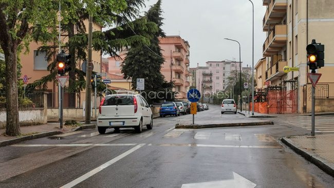 Semafori spenti in via Toscana (foto Cronache Nuoresi)