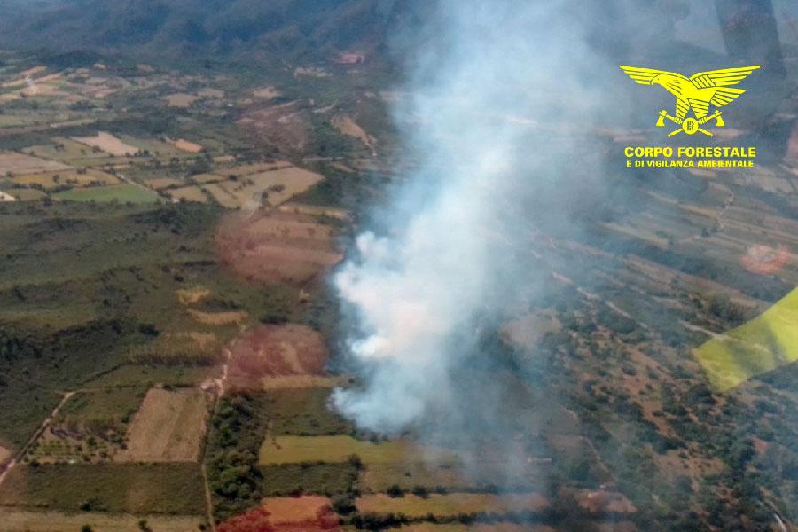 Iniziano gli incendi: fiamme a Triei interviene l'elicottero dell'antincendio