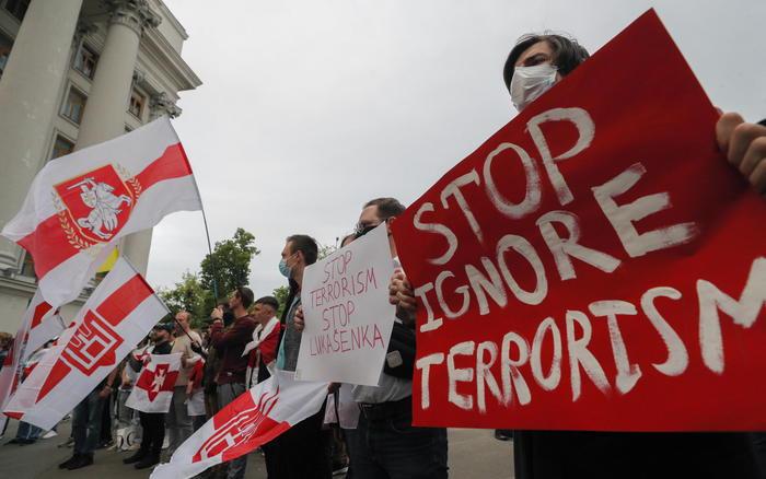 Aereo dirottato per arrestare giornalista oppositore: l'UE adotta sanzioni contro Bielorussia