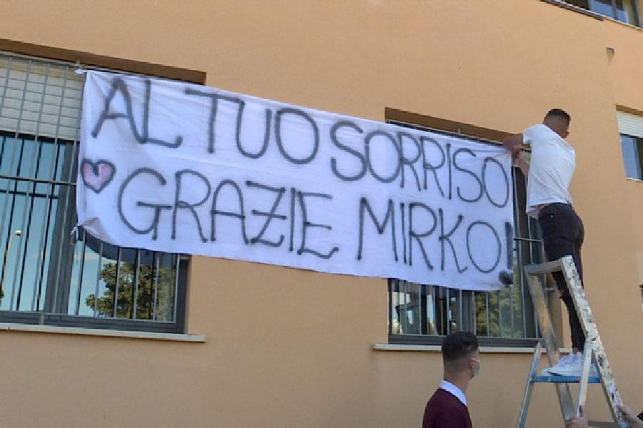 """Omicidio a Tortolì. I compagni ricordano Mirko con un lenzuolo bianco: """"Al tuo sorriso…."""""""