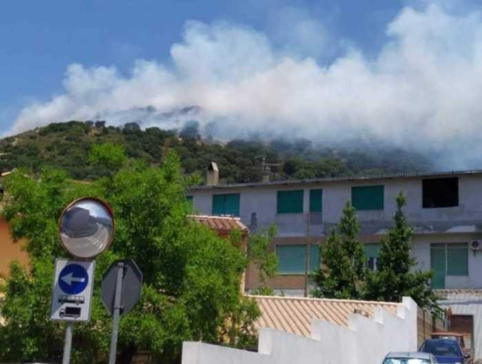 Sardegna assediata dal fuoco mentre salta l'accordo per il passaggio di 5mila dipendenti di Forestas alla Regione