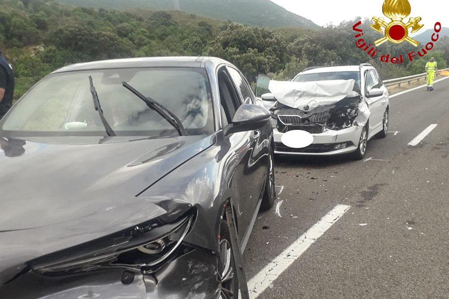 Si ribalta sulla 131 DCN e le auto che seguono si schiantano una sull'altra: ferita una donna