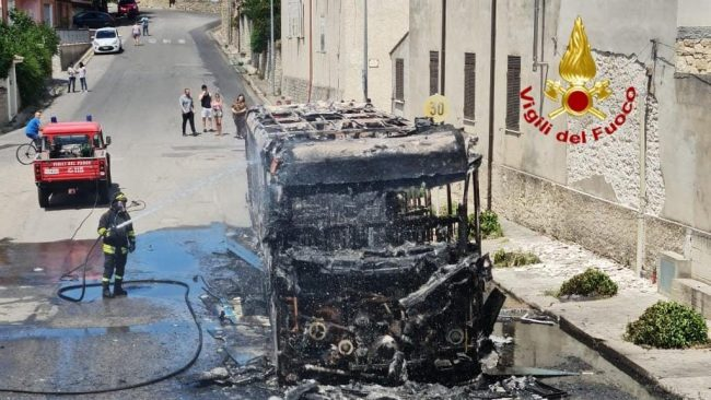 L'autobus andato a fuoco a Villanovafranca