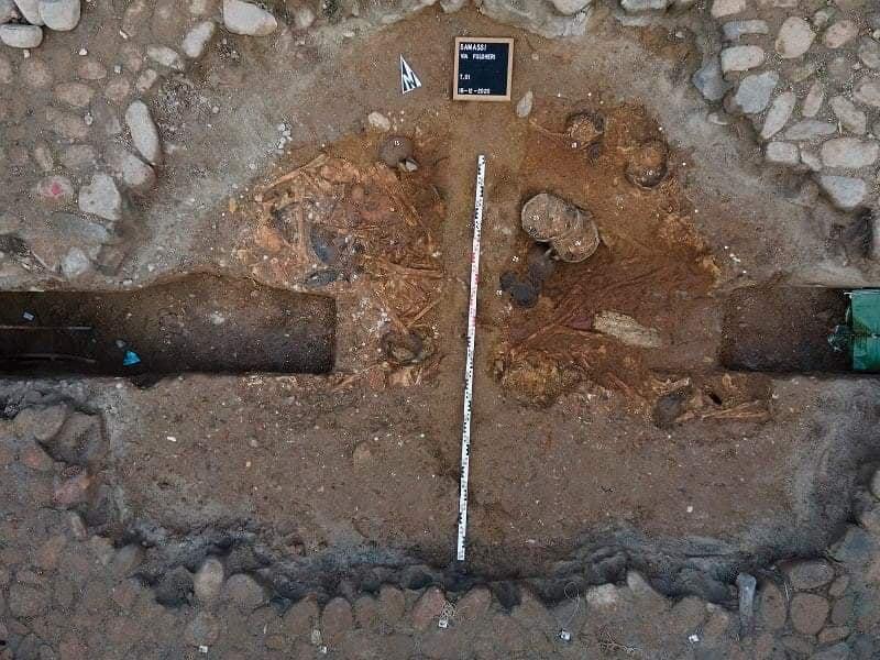 Samassi. Durante gli scavi per la rete del gas riemerge una tomba preistorica intatta