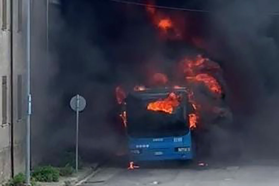 Autobus ARST a fuoco nel pomeriggio: salvi 15 studenti