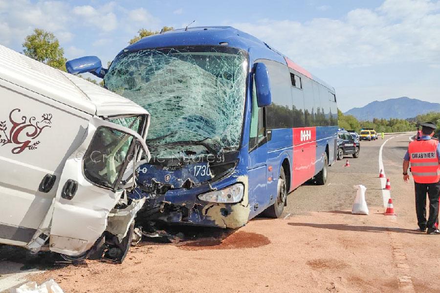 Frontale tra furgone e autobus ARST: cinque feriti incastrati tra le lamiere