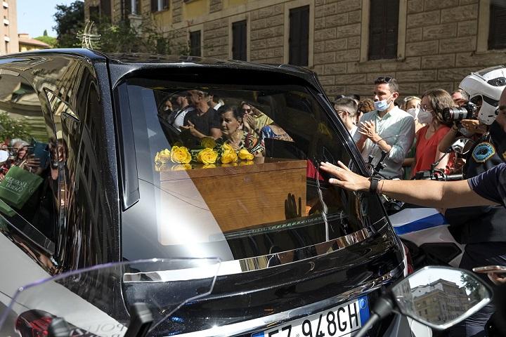 Carrà, applausi e commozione al corteo funebre