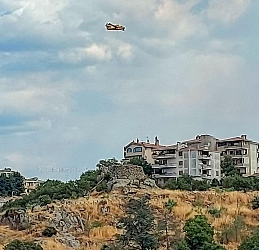 Incendio a Nuoro: le fiamme minacciano nuovamente Città Giardino, in azione tre canadair