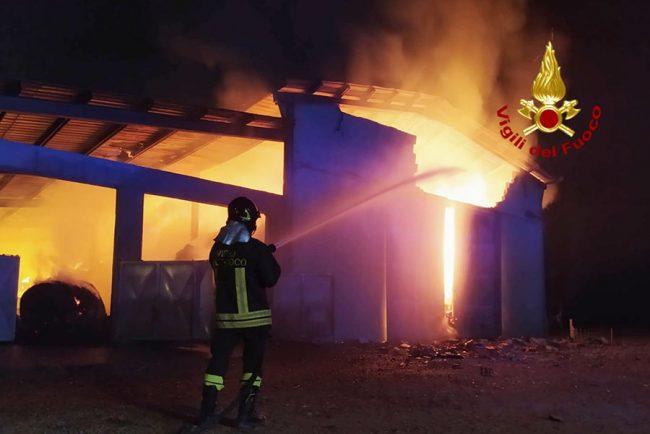 Il fienile andato a fuoco a Siliqua