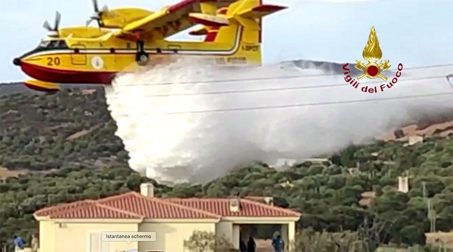 Gallura in fiamme: canadair in azione a Loiri Porto San Paolo, il fuoco lambisce le case – VIDEO