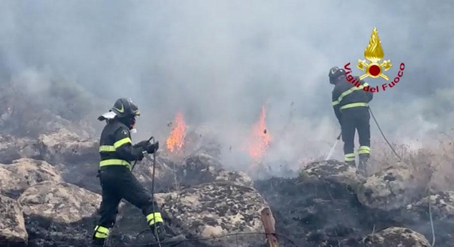 Sardegna in fiamme: a Suni le fiamme lambiscono le case – VIDEO