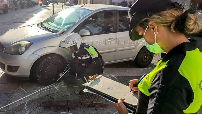 La scena dell'incidente di oggi in via Roma a Nuoro