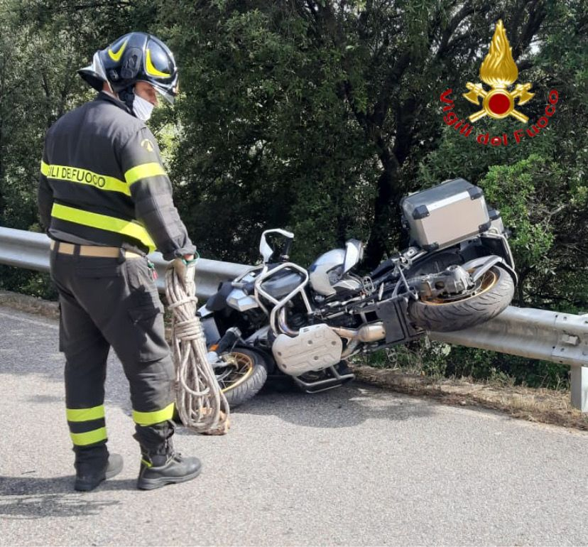 Ennesima tragedia della strada: motociclista 60enne muore schiantandosi contro il guard rail