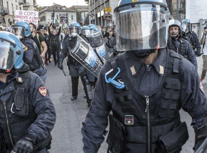 Scontri al corteo no Green Pass a Roma, attaccata sede Cgil