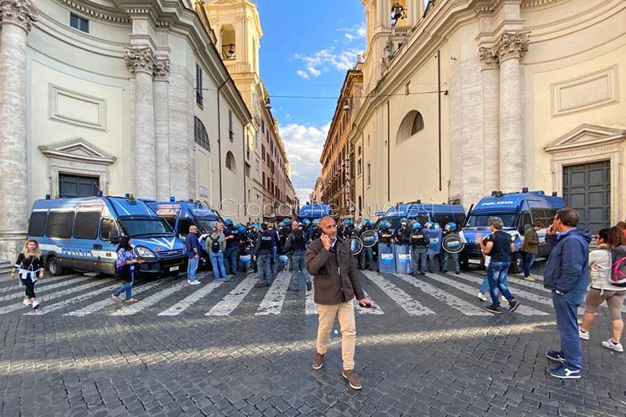 """Dopo gli scontri a Roma Forza Nuova alza il tiro: """"La lotta non si ferma fino al ritiro del green pass"""""""